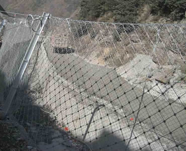 Slope protection rope mesh is installed at the foot of slope.